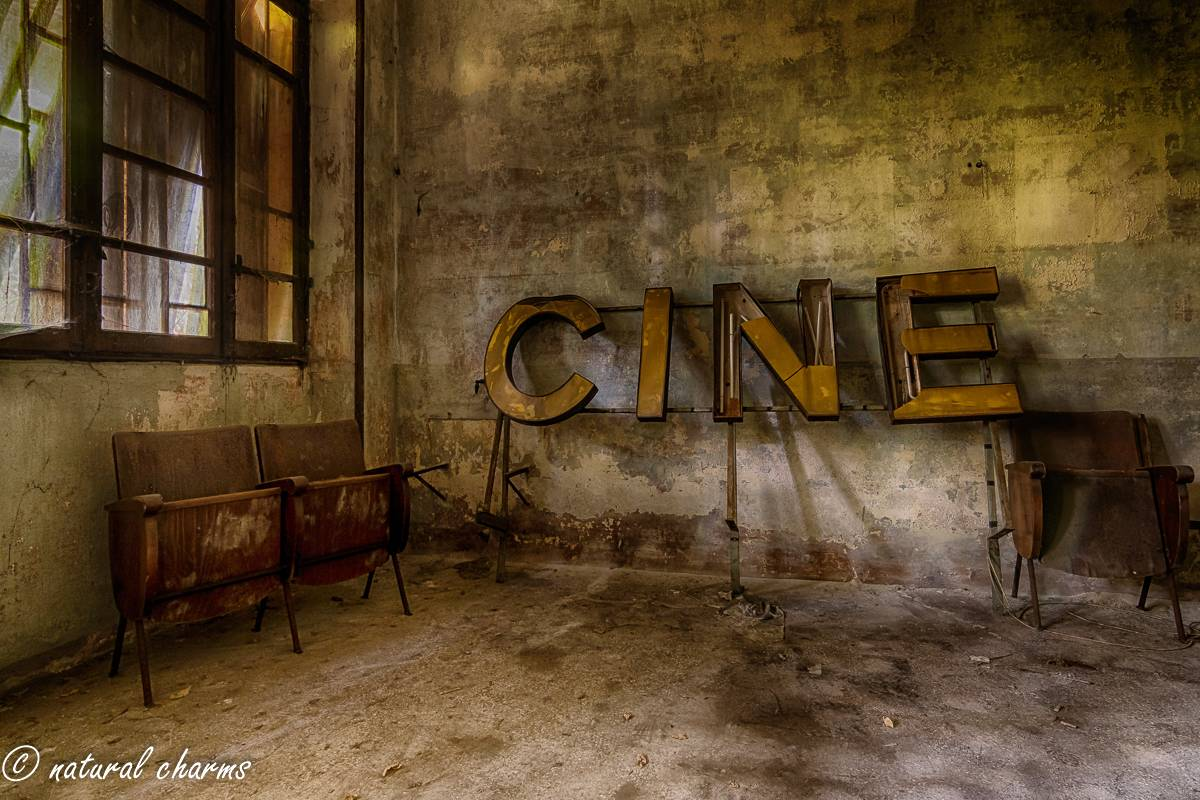 naturalcharms-fotografie-oldcharms-urbex-italie-blue cinema-2019--22